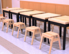 小田原市民交流センターUMECOの机と椅子