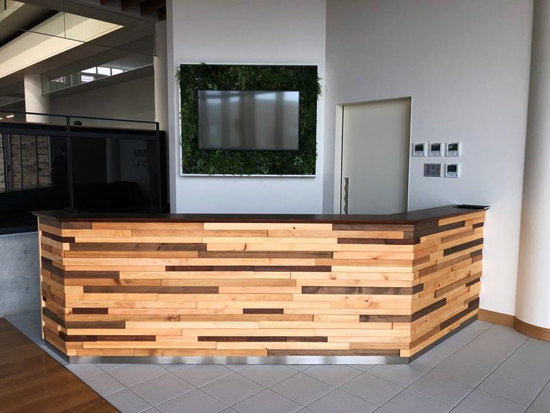 江部松商事様 間伐材モザイク壁と机