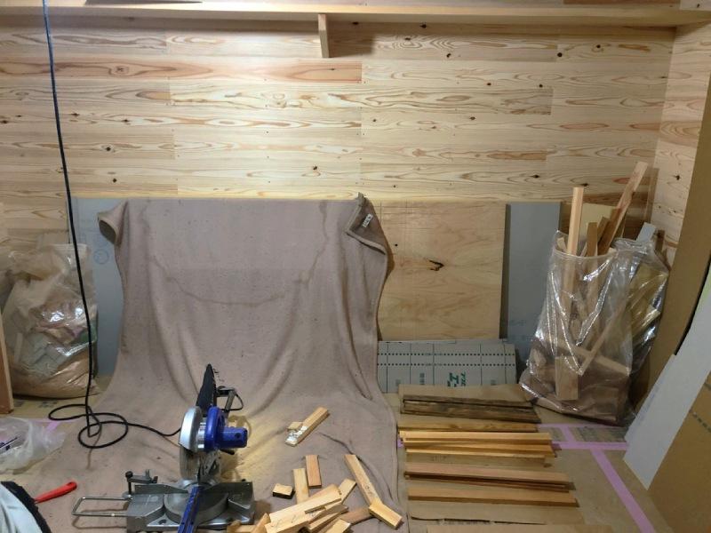 間伐材端材のモザイク壁施工