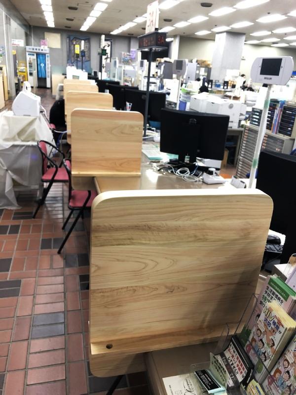 小田原市役所内の間伐材ヒノキ衝立(ついたて)を作製。