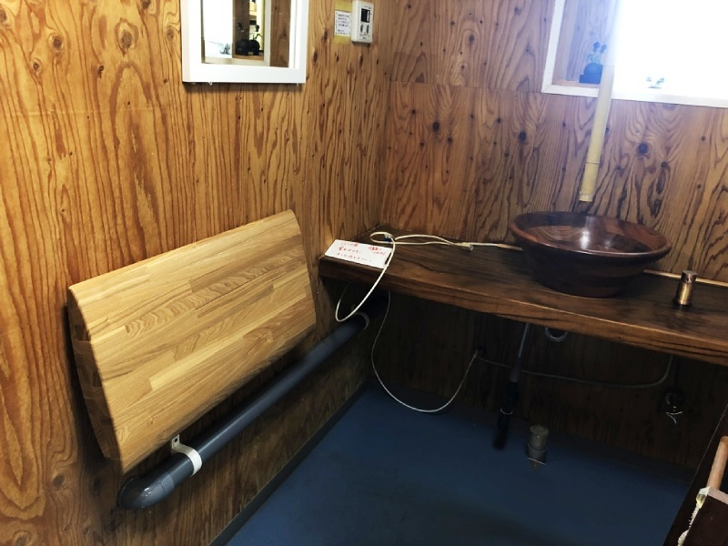 休憩室のカウンターと腰当ての作製。