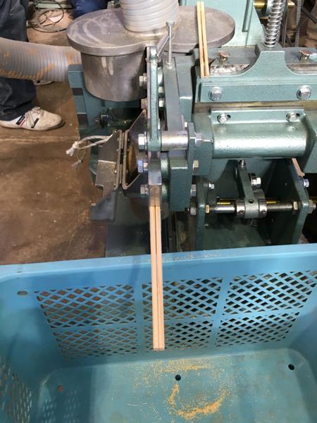 割り箸の製造機がやってきました。
