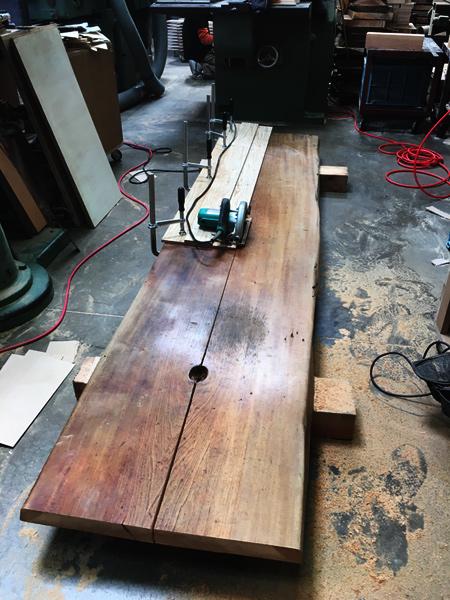 神戸の老舗バー「アカデミーバー」のカウンターをダイニングテーブルに。