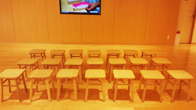 「かまぼこ博物館」にベンチと椅子を納品しました。