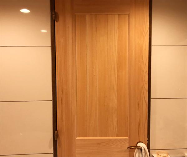 バスルームのドアを作製しました。